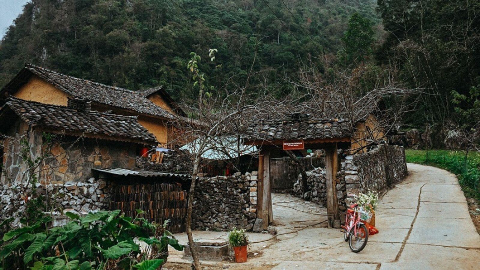 Nhà của Pao là ngôi nhà cổ của người Mông