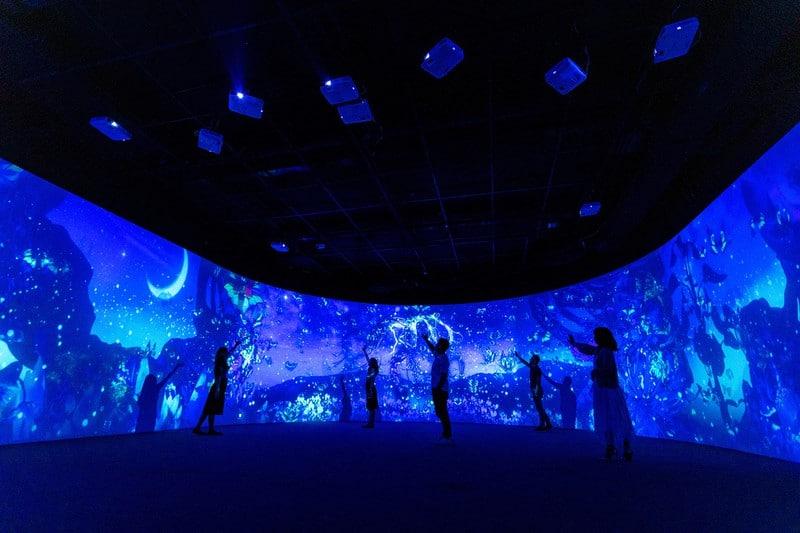 Khách mời được trải nghiệm sân khấu LED cong với công nghệ hologram hiện đại